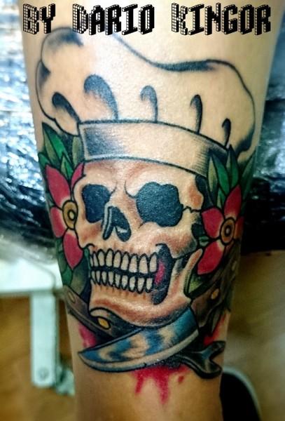 Tattoo De Una Calavera Con Sombrero De Cocinero Y Dos Cuchillos