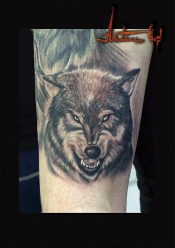 Tatuaje De Una Cabeza De Lobo En Blanco Y Negro