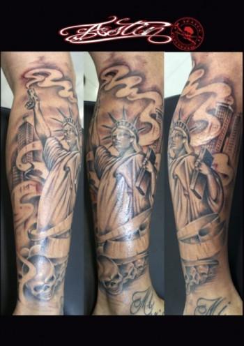 Tatuaje De La Estatua De La Libertad Con Una Pistola Sacando Humo