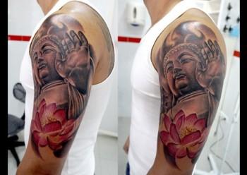 Tatuaje A Color De Una Estatua De Buda Y Una Flor De Loto