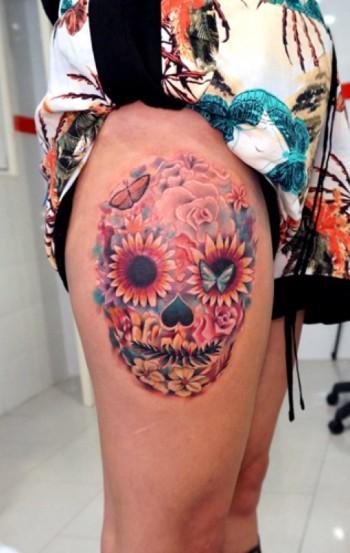 tatuaje de una calavera mexicana hecha a base de flores y mariposas. Black Bedroom Furniture Sets. Home Design Ideas