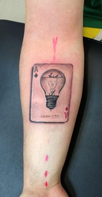 Tatuaje De Un As De Picas Con Una Bombilla Dentro