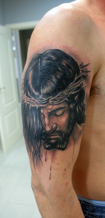 Tatuaje En Blanco Y Negro De Cristo Con La Corona De Espinas