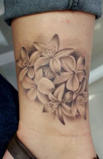 Tatuaje De Flores En Blanco Y Negro