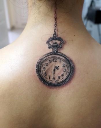 Tatuaje De Un Reloj De Bolsillo Que Cuelga De La Nuca