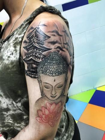 Tatuaje De Un Buda Junto A Una Pagoda Y Un Sol