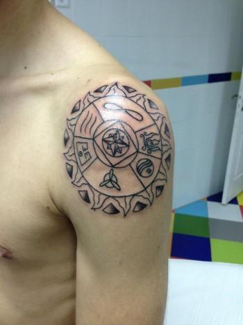 Tatuaje De Un Sol Con Símbolos Dentro