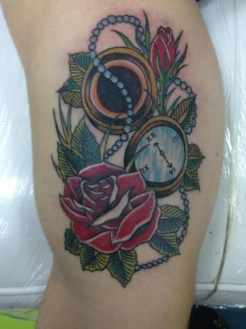 Tatuaje Old School De Una Rosa Con Un Reloj De Pulsera Con Una Rosa