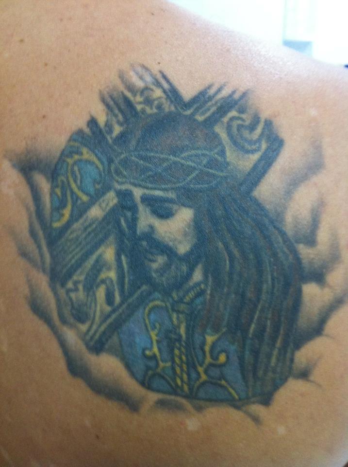 Tatuaje De Un Cristo Cargando La Cruz