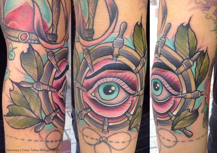 Tatuaje De Un Timón De Barco Con Un Ojo Dentro