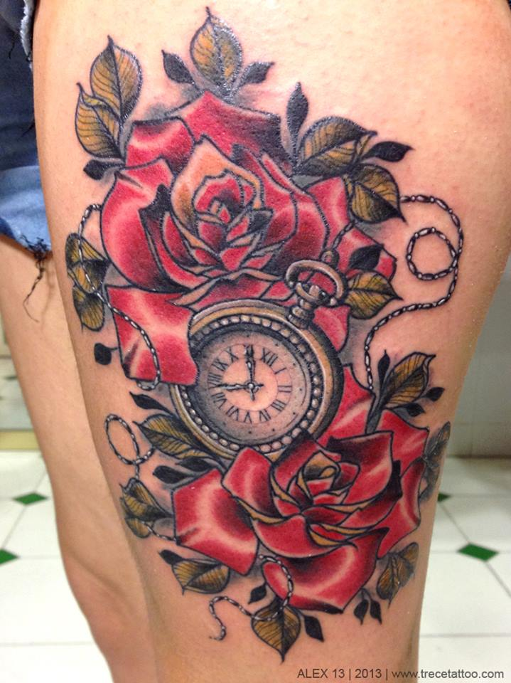 Tatuaje de un reloj entre rosas rojas tatuajes para mujeres for Reloj para tatuar