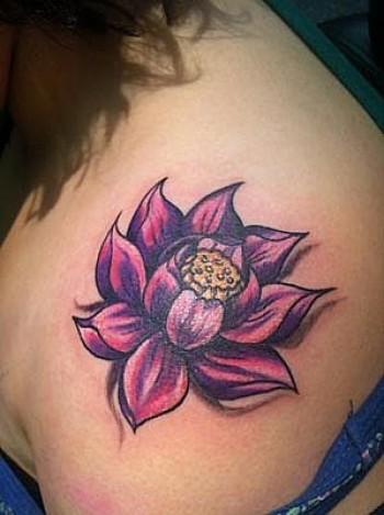 tatuaje para mujeres de flor en el hombro