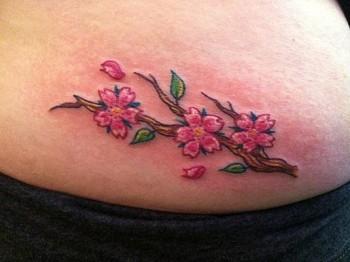 Tatuaje De 3 Flores En Una Rama