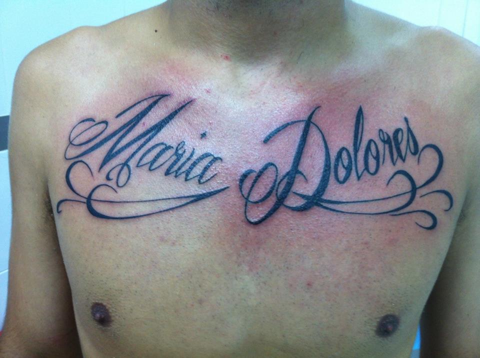 Tatuaje Del Nombre Maria Dolores En El Pecho