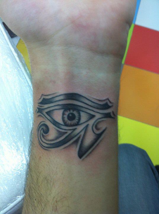 Tatuaje De Un Ojo De Horus En La Muñeca