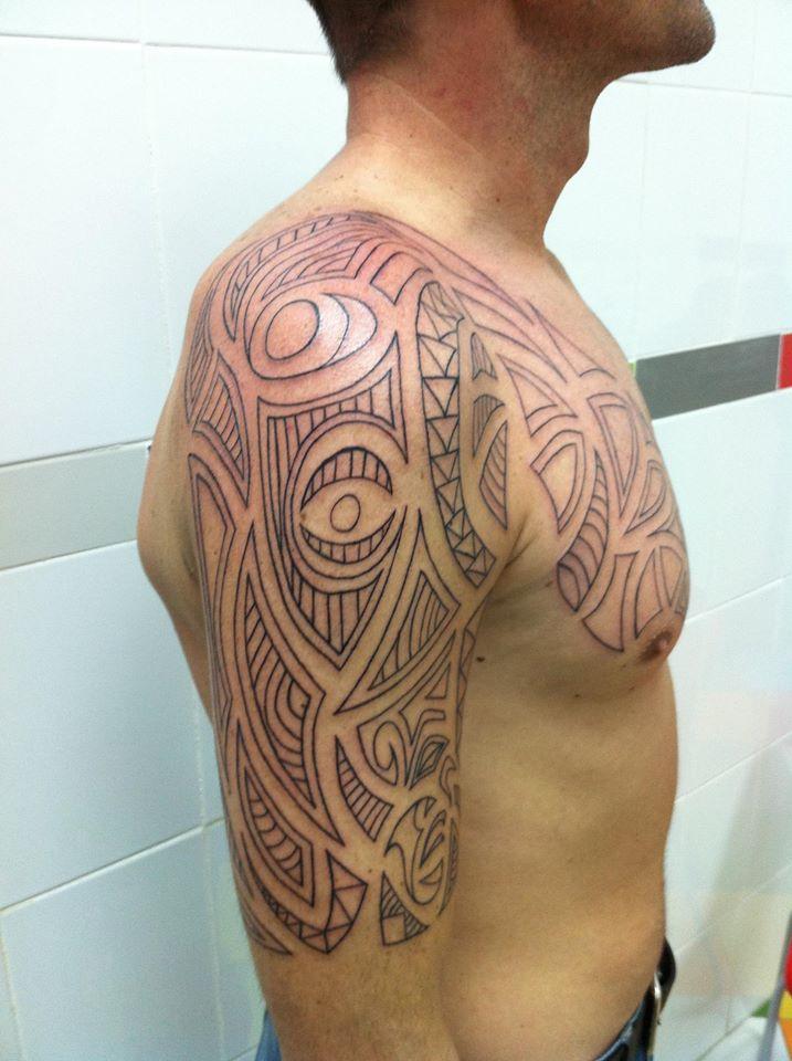 34b34ac4f Tatuaje maori en brazo y pecho sin relleno