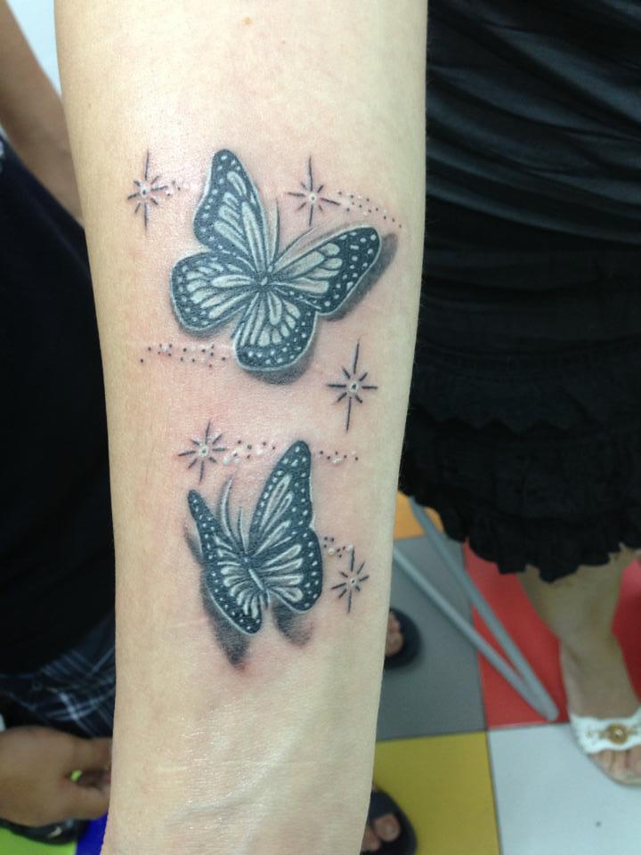 Tatuaje de un par de mariposas con estrellas