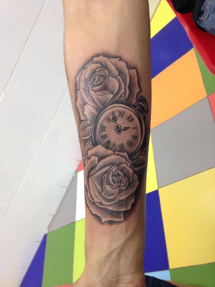 Tatuaje De Un Reloj De Pulsera Entre Un Par De Rosas