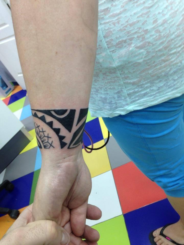 Brazalete maorí tatuado en la muñeca de una chica