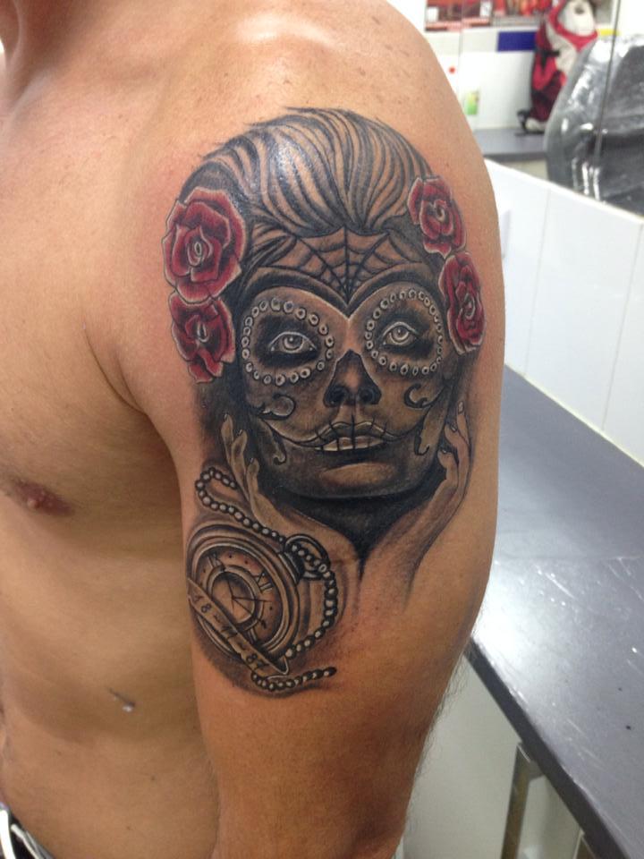 Tatuaje De Una Calavera Mexicana Y Un Reloj De Bolsillo