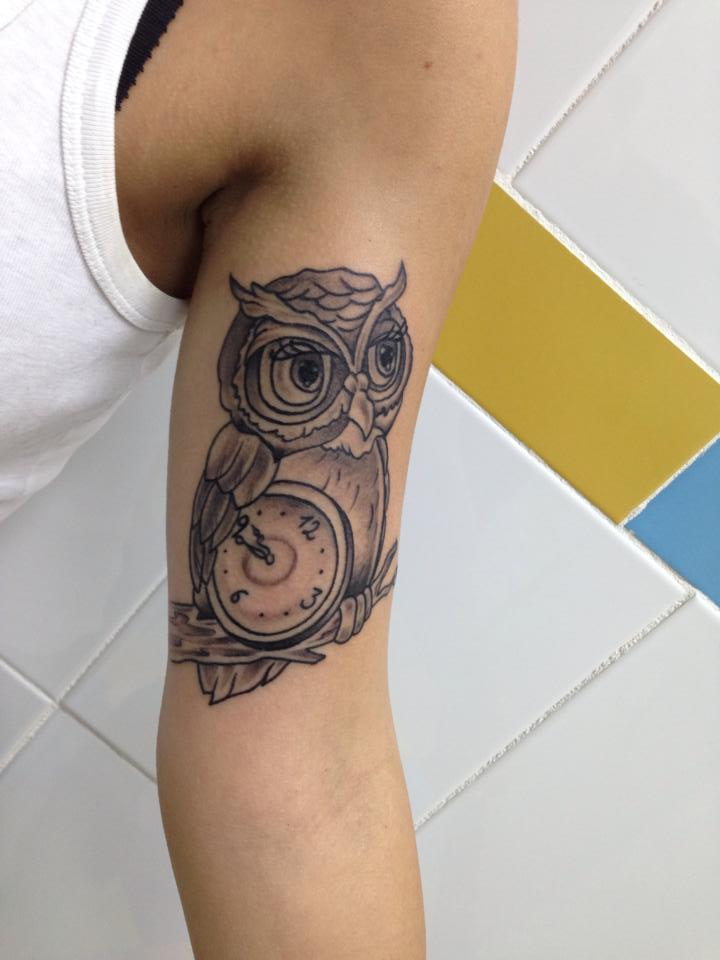 Tatuaje New School De Un Búho Con Un Reloj