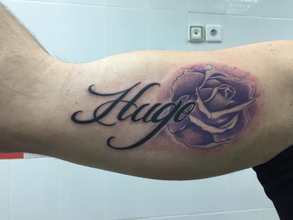 Tatuaje De Una Rosa Y El Nombre Hugo