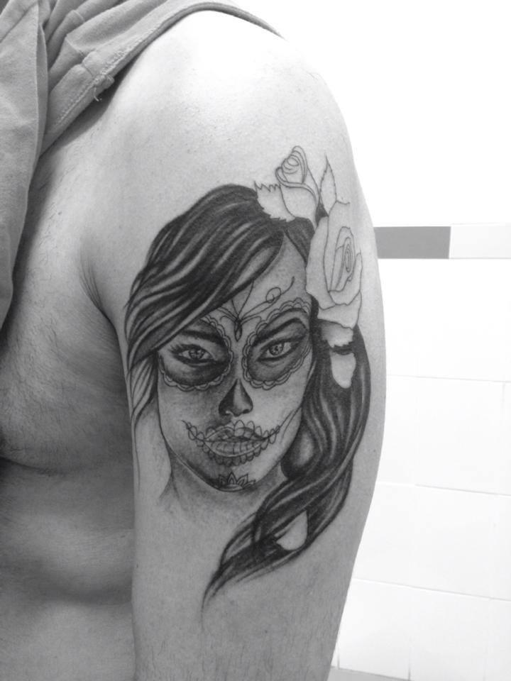 Tatuaje De Una Calavera Mexicana Con Una Rosa En El Pelo