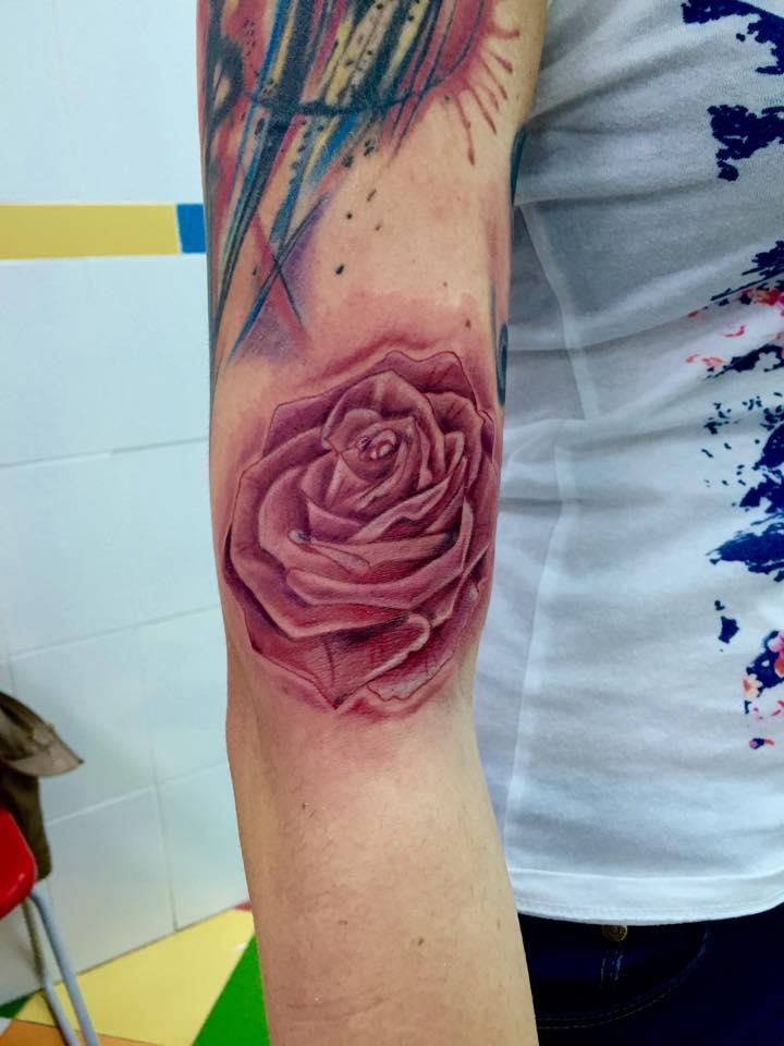Tatuaje De Una Rosa A Color En El Antebrazo