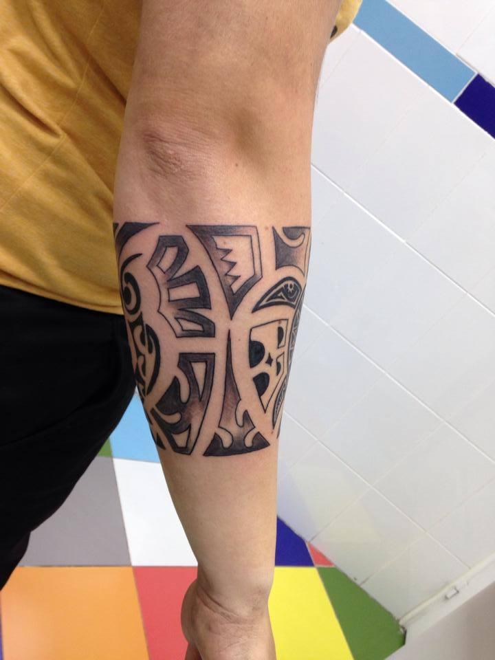Brazalete Tribal Tatuado En El Antebrazo
