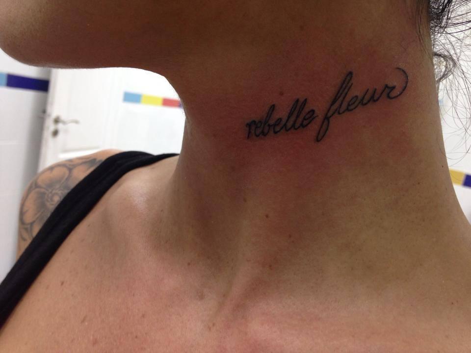 Tatuaje De La Frase Rebelle Fleur En El Cuello