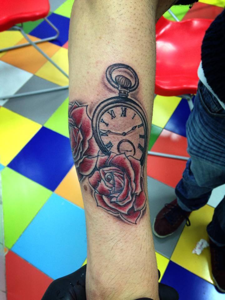... rosas y un reloj en blanco y negro en el antebrazo - Tatuajes de Rosas