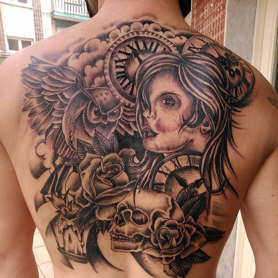 Tatuaje Grande De Relojes Nubes Rosas Un Búho Una Calavera Y Una