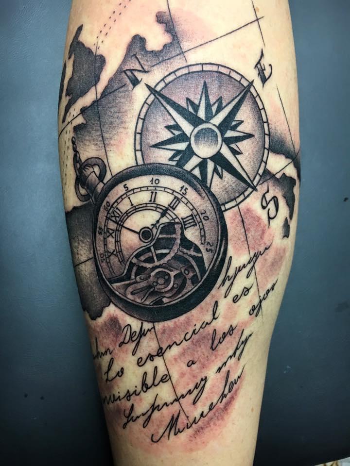 Tatuaje De Un Mundo Una Brújula Y Un Reloj