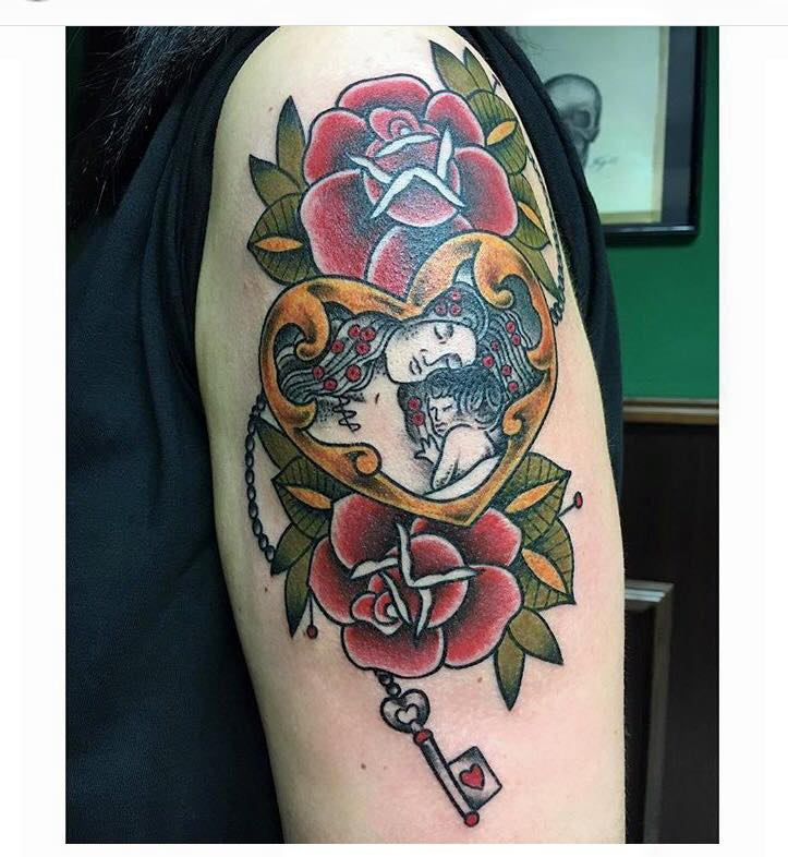Tatuaje De Un Corazón Con Una Llave Un Par De Rosas Y Un Madre Con Su