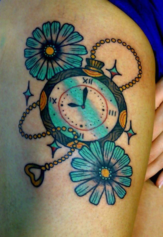 Tatuaje De Un Reloj De Bolsillo Y Margaritas