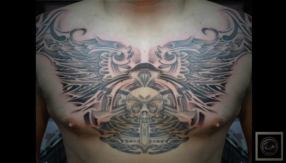 Tatuaje De Una Calavera Y Unas Alas En El Pecho