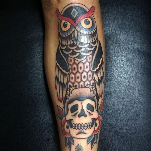 Tatuaje A Color De Un Búho Encima De Una Calavera