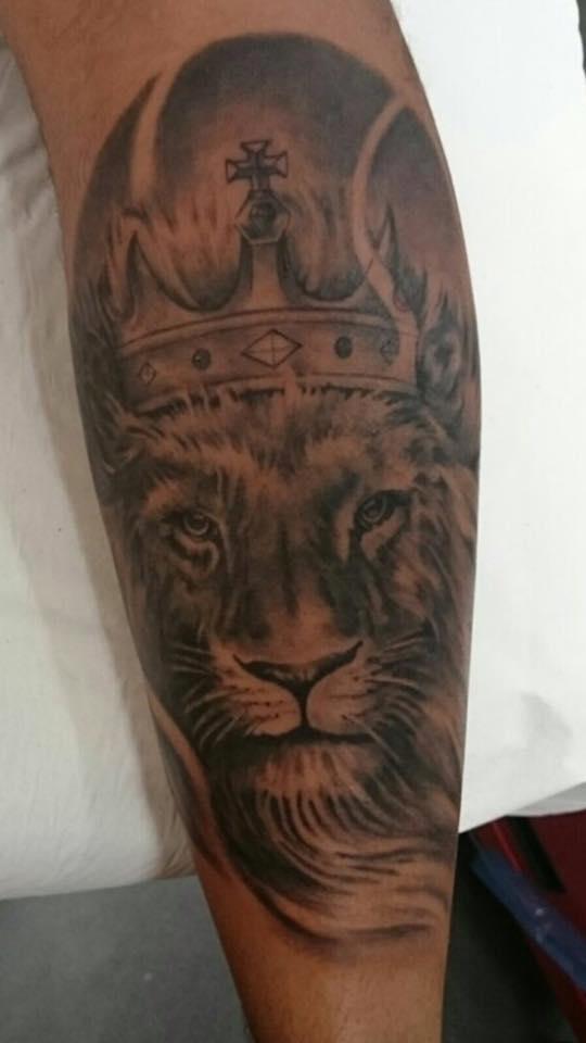 Tatuaje En Blanco Y Negro De Un León Con Corona
