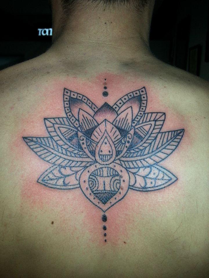 Tattoo De Una Flor De Loto En Blanco Y Negro Estilo Mándala