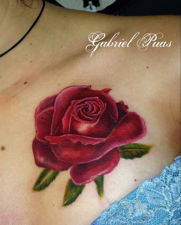 Tattoo De Una Rosa En El Pecho De Una Mujer