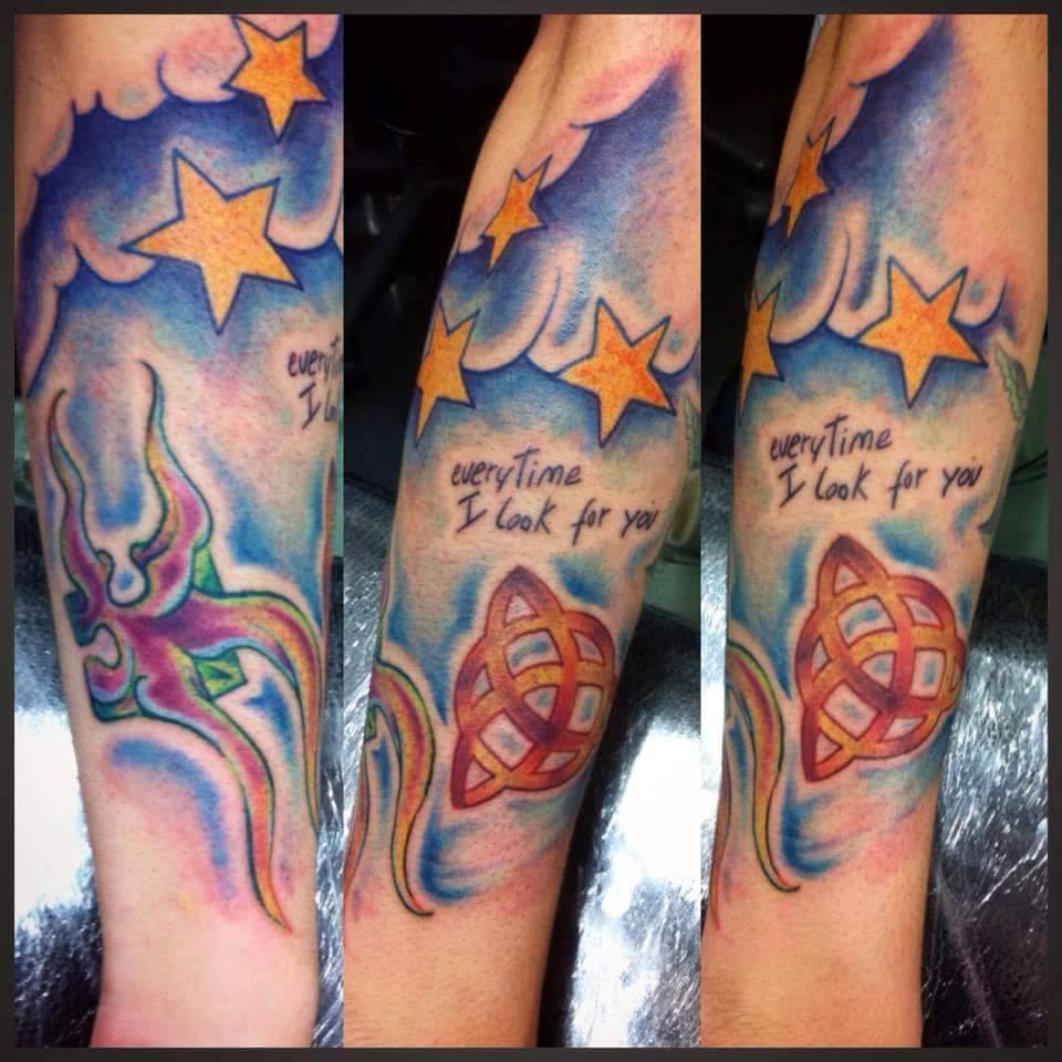Tattoo A Color De Una Triqueta Entre Las Nubes Y Estrellas