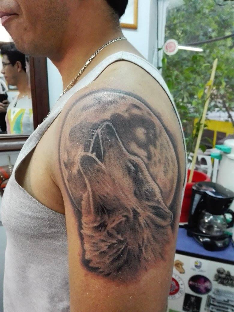 Tattoo De Un Lobo Aullando Con La Luna De Fondo