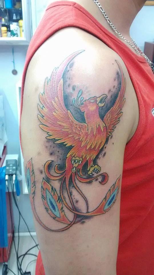 Tattoo De Un Ave Fénix Volando En El Hombro
