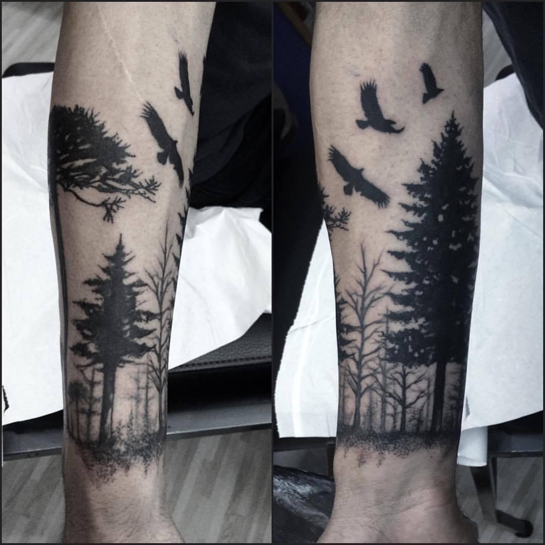 Tattoo De Un Bosque Con águilas Volando