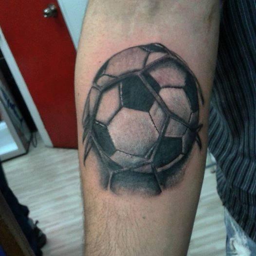 Tattoo De Una Pelota De Fútbol Golpeando La Red