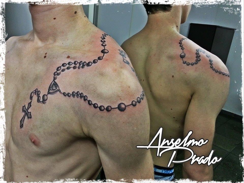Tattoo De Un Rosario Por El Hombre Que Acaba En El Pecho