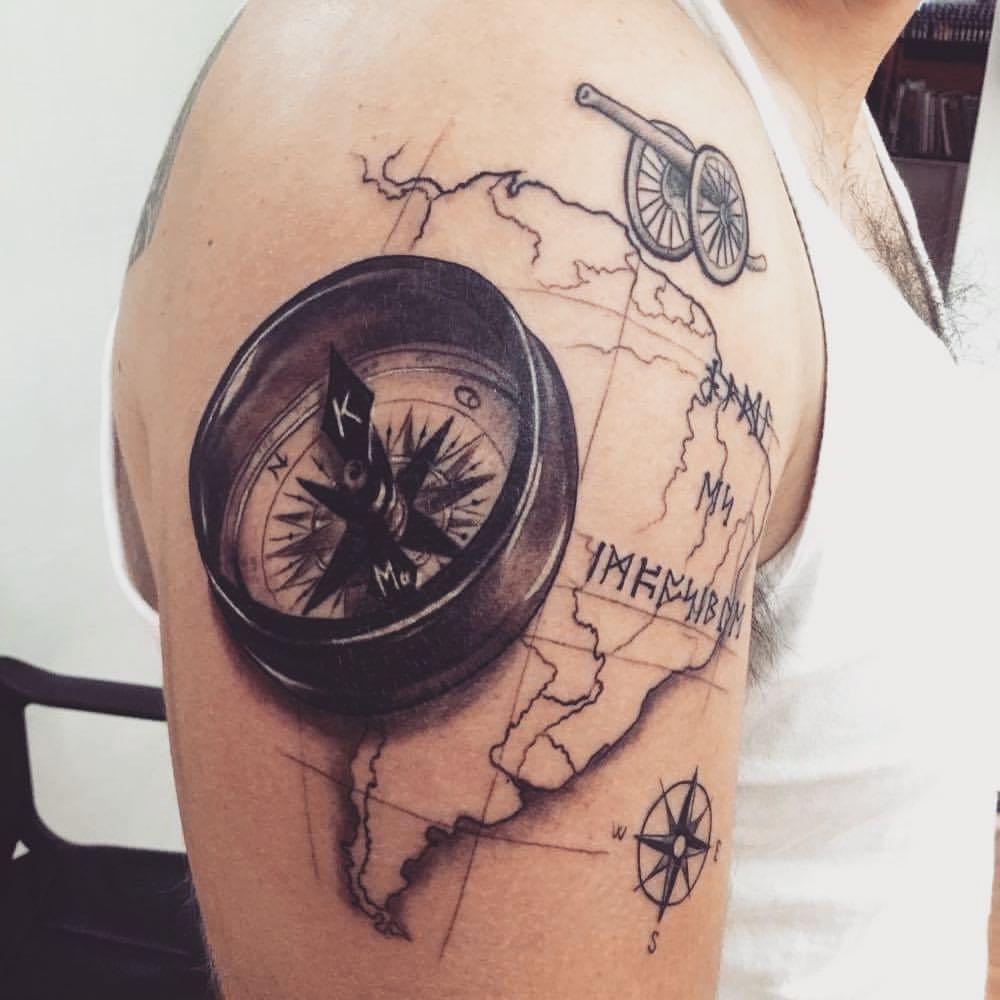 Tattoo De Un Mapa De América Del Sur Con Una Brújula
