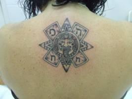 Tatuaje De Un Sol Maya En El Hombro