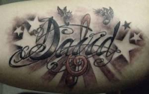 Tatuaje Del Nombre David Entre Estrellas Y Una Clave De Sol