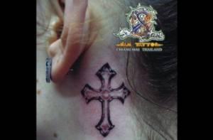 Tatuaje De Una Cruz En El Cuello
